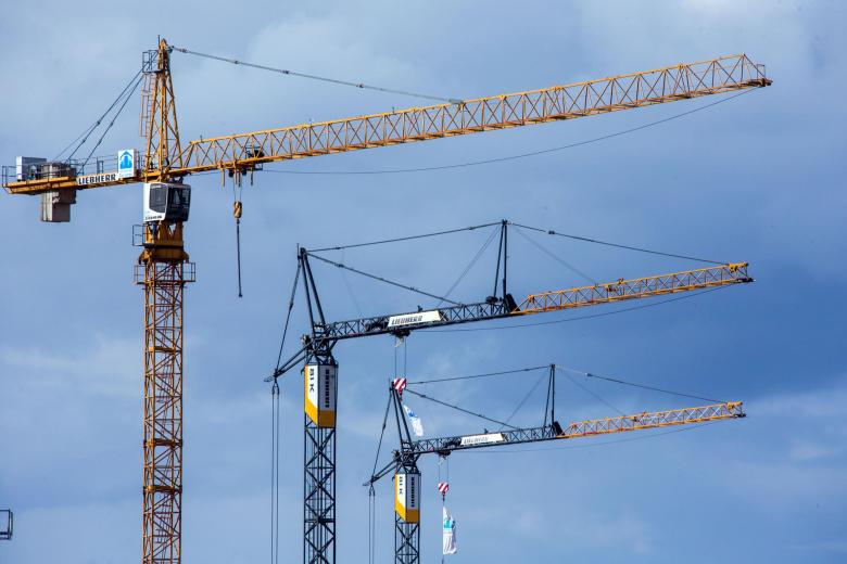 Der Bedarf an neuen Wohnungen in Deutschland ist unter anderem wegen hohen Flüchtlingszahlen gewaltig. Das beschert Baufirmen zweistellige Auftragszuwächse. Trotzdem reichen die Neubauzahlen nicht.